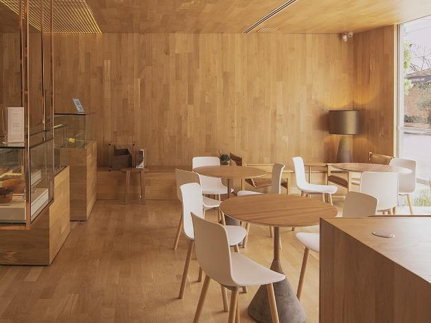Sala de jantar com mesa e cadeiras  Descrição gerada automaticamente