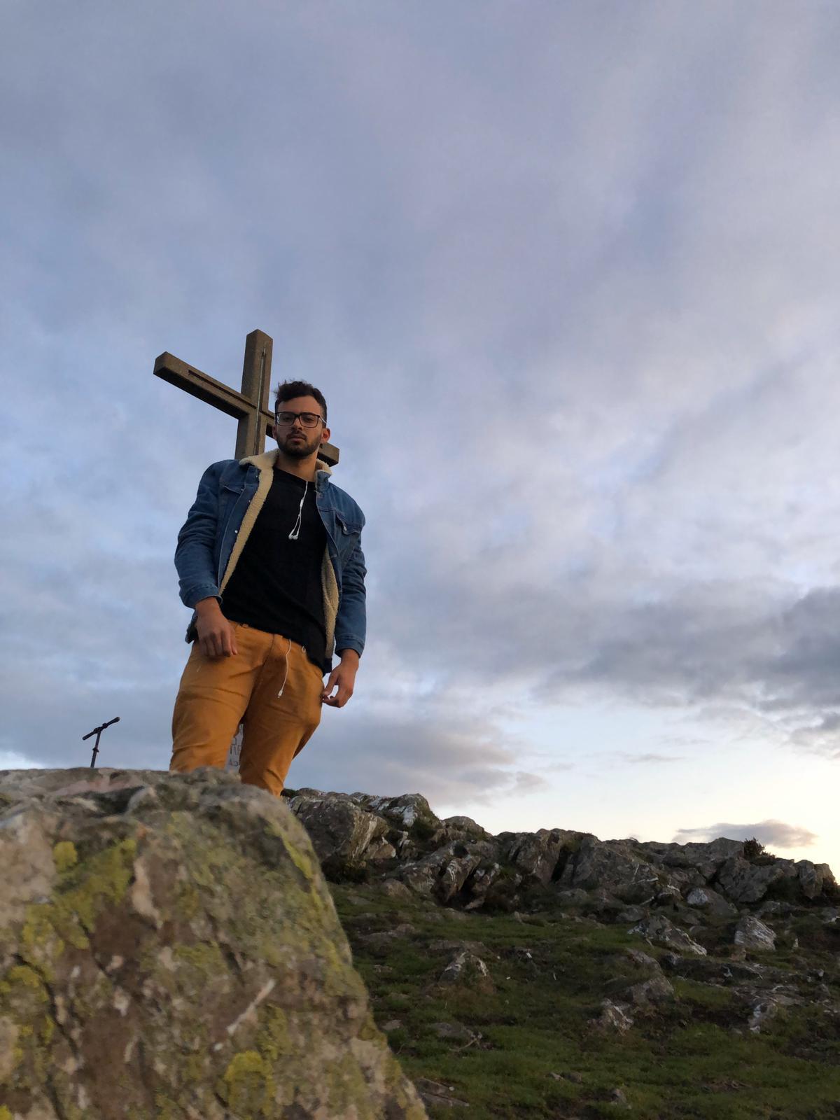 Vithor, intercambista na Irlanda, em Bray Head, o pico da cidade onde ele mora.