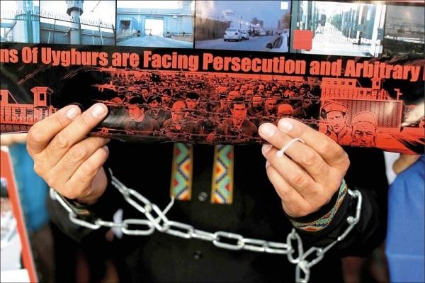 Nạn nhân được thả từ trại tập trung Tân Cương còn nhiều di chứng, mất khả năng sinh hoạt