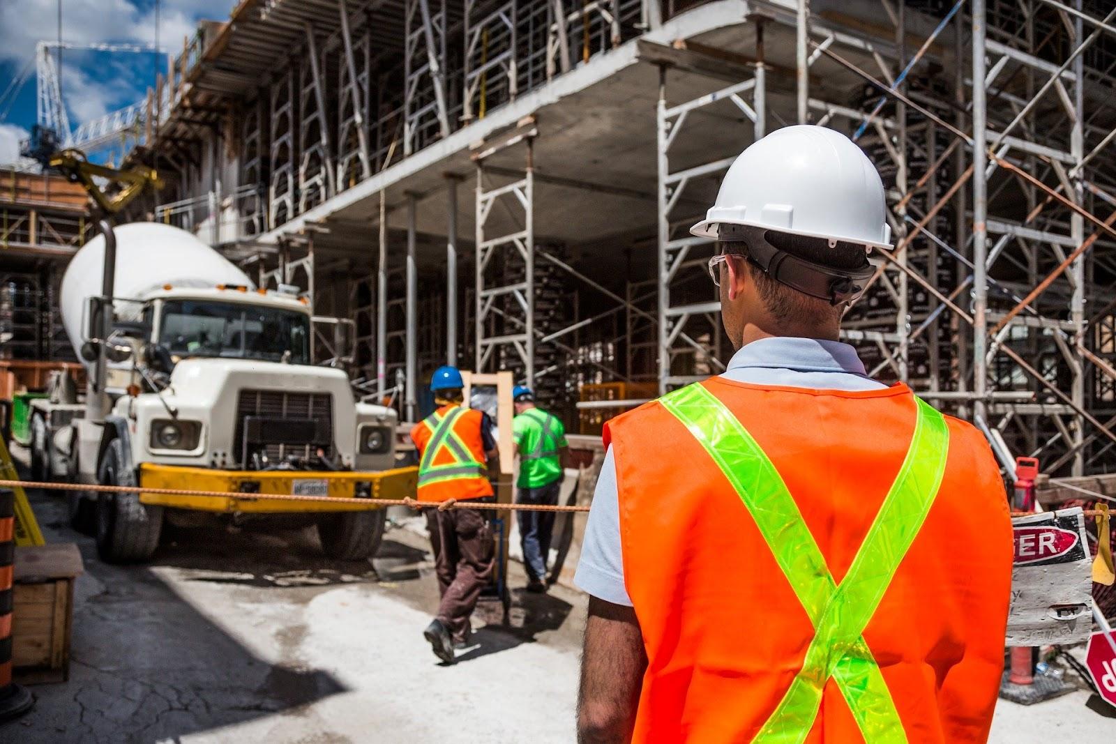 O uso dos equipamentos de proteção individual (EPI) torna-se obrigatório em alguns casos, como em indústrias químicas, empreendimentos em construção, entre outros.