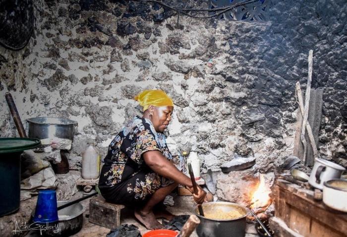 Женщина за приготовлением еды.