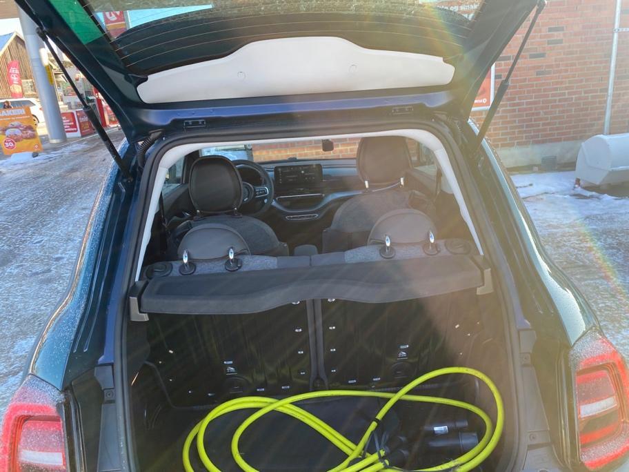 Et bilde som inneholder bil, utendørs, bagasjerom, varebil  Automatisk generert beskrivelse