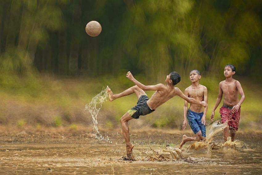 Main Bola Sambil Hujan-hujanan
