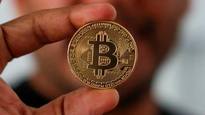 Ilustrasi seseorang yang sedang memegang bitcoin