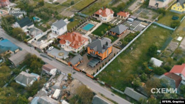 У 2011 році ділянку, оцінену в понад 17 тисяч доларів, Володимиру Горбенку подарувала киянка Тетяна Плескачова