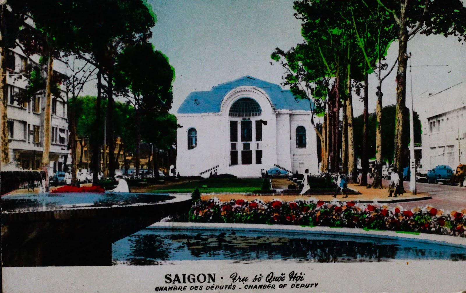 Nhà hát Thành phố được xây dựng năm 1898 tại vị trí Công trường Đồng hồ (Place de I'Horloge) tức quảng trường trước nhà hát hiện nay, đến đầu 1900 thì hoàn thành. Năm 1954 nơi đây dùng làm điểm tạm trú cho thường dân Pháp di cư từ Bắc vào Nam theo Hiệp định Geneve 1954. Năm 1955 công trình được chuyển thành trụ sở Quốc hội (Hạ nghị viện). Kể từ 1975 Nhà hát trở lại chức năng ban đầu để biểu diễn nghệ thuật và được gọi là Nhà hát Thành phố như hiện nay.