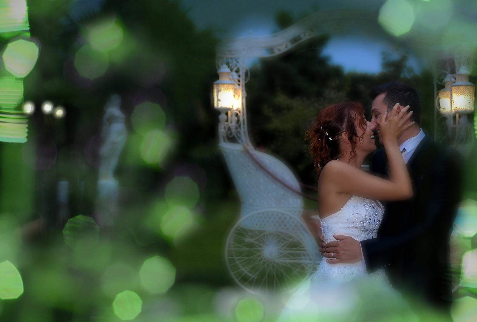 Un abbraccio, un sorriso, mille baci, fra tante luci colorate. La gioia della festa #fotografodimatrimonio