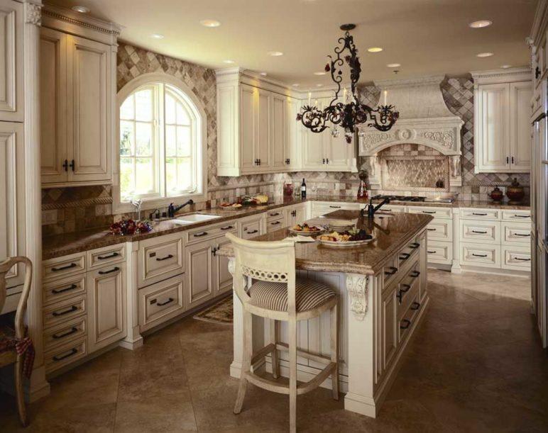 Ez a fehér vintage konyha nem is annyira vintage az antik konyhabútoraival, mivel a 19. század stílusát tükrözi