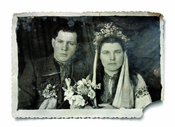 Весільне фото Марії іПетра Пастухів. Побралися влютому 1950 року. Фотографувалися вРогатині наІвано-Франківщині