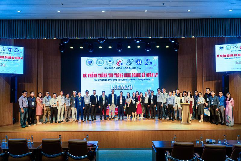 TS. Nguyễn Thị Hằng trình bày đánh giá tác động của mạng truyền thông xã hội số tới hoạt động kinh doanh của doanh nghiệp