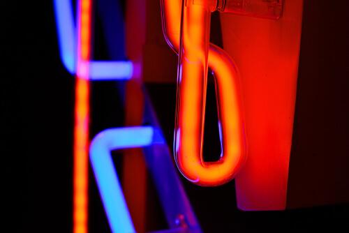 Ống neon màu đỏ và màu xanh với khí