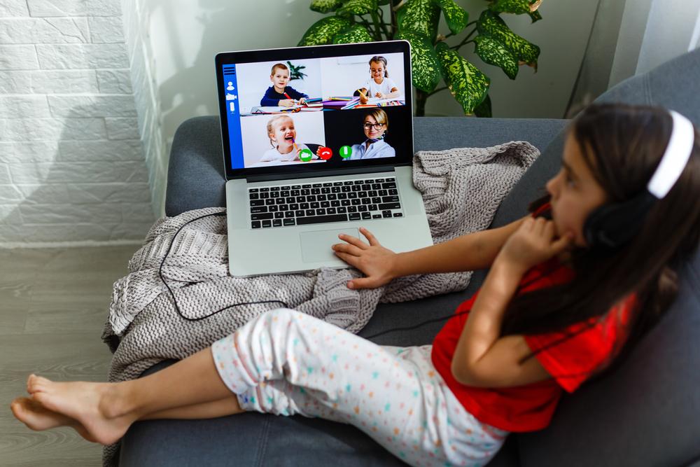 menina estudando no sofá