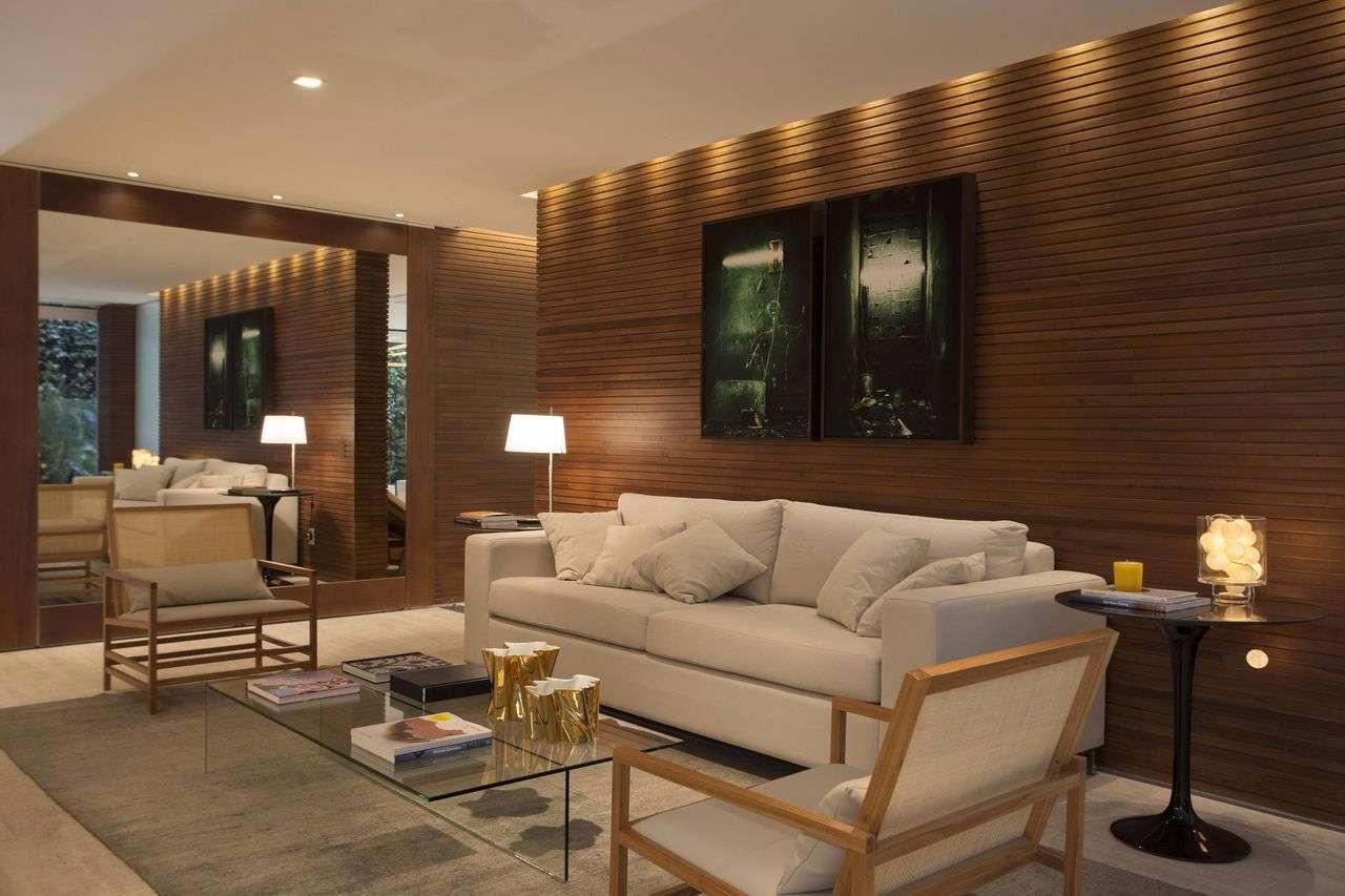 Sala com revestimento de madeira