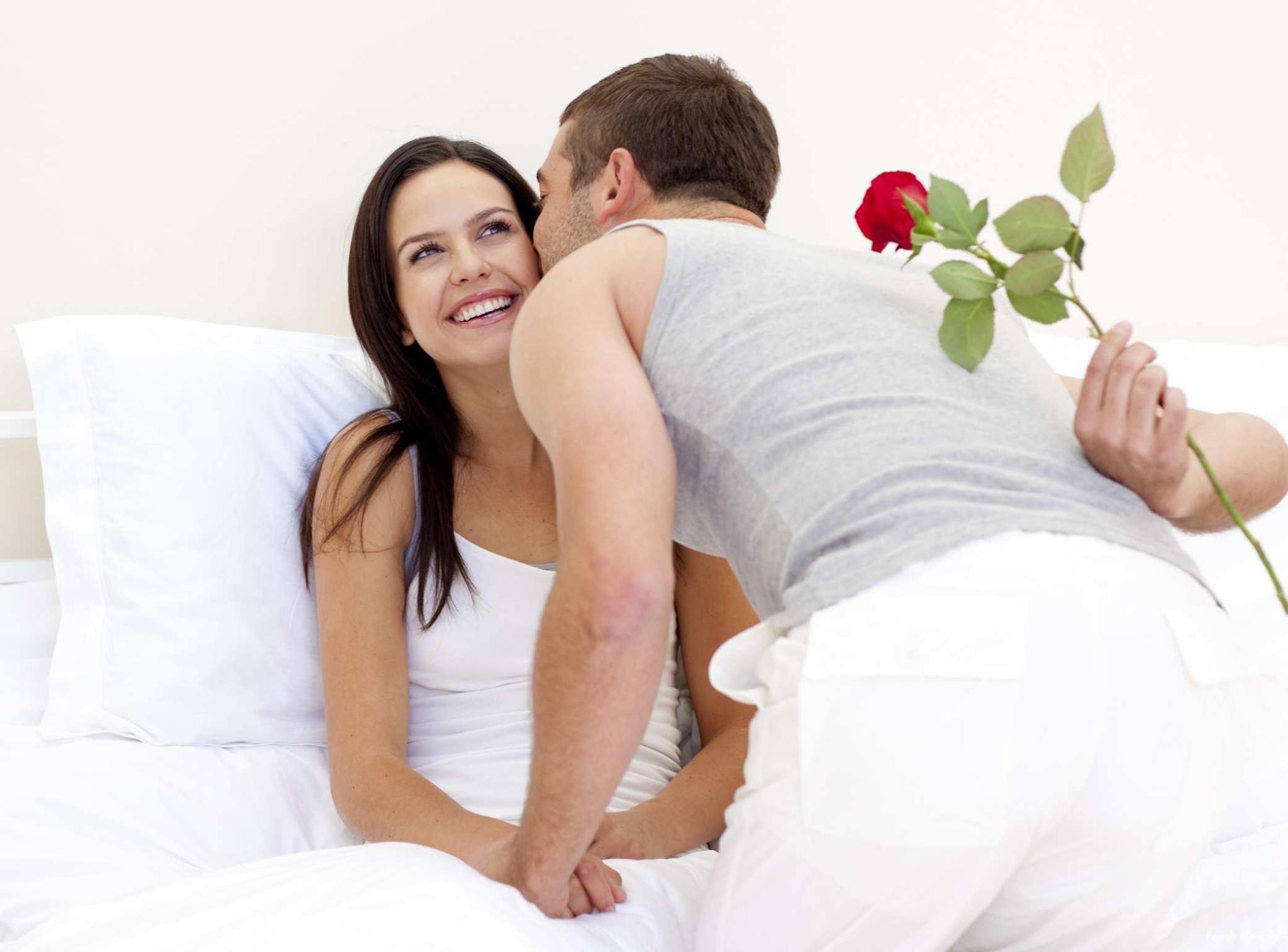 Муж целует жену