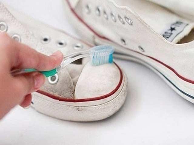 Hòa hỗn hợp từ kem đánh răng để làm sạch giày