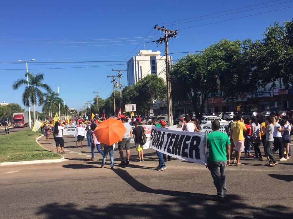 Manifestantes percorrem avenida JK, em Palmas (Foto: Mary Araújo/TV Anhanguera)