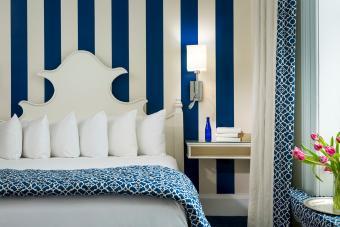 کاغذ دیواری نوار عمودی آبی و سفید