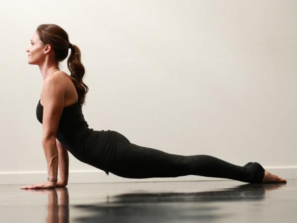 Bài tập yoga chữa bệnh thoái vị đĩa đệm: Tư thế Chó Ngửa Mặt