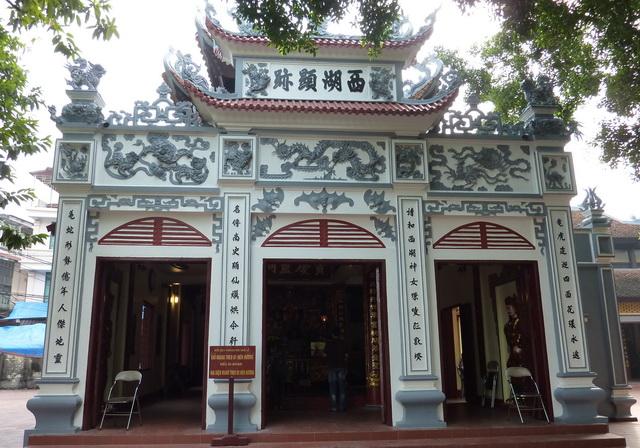 Phủ Tây Hồ ở Hà Nội cũng là một trong những địa điểm mà bạn nên lui đến để cầu tài lộc và may mắn.
