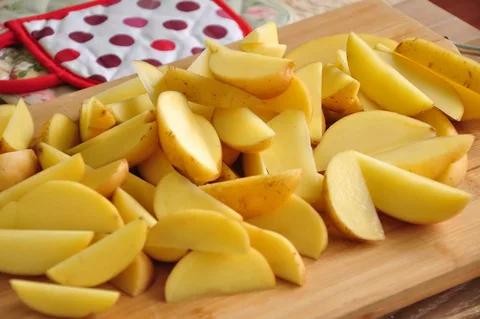Картофель, нарезанный дольками