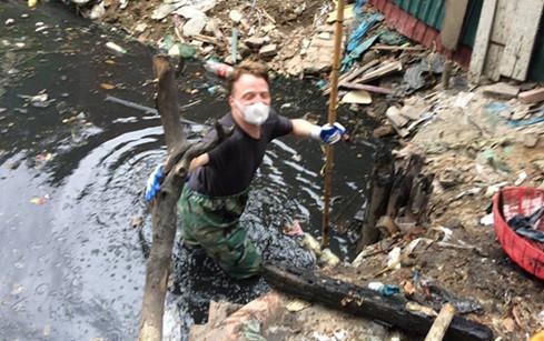 James Joseph Kendall lội xuống mương hôm 15.5 /// KEEP HANOI CLEAN