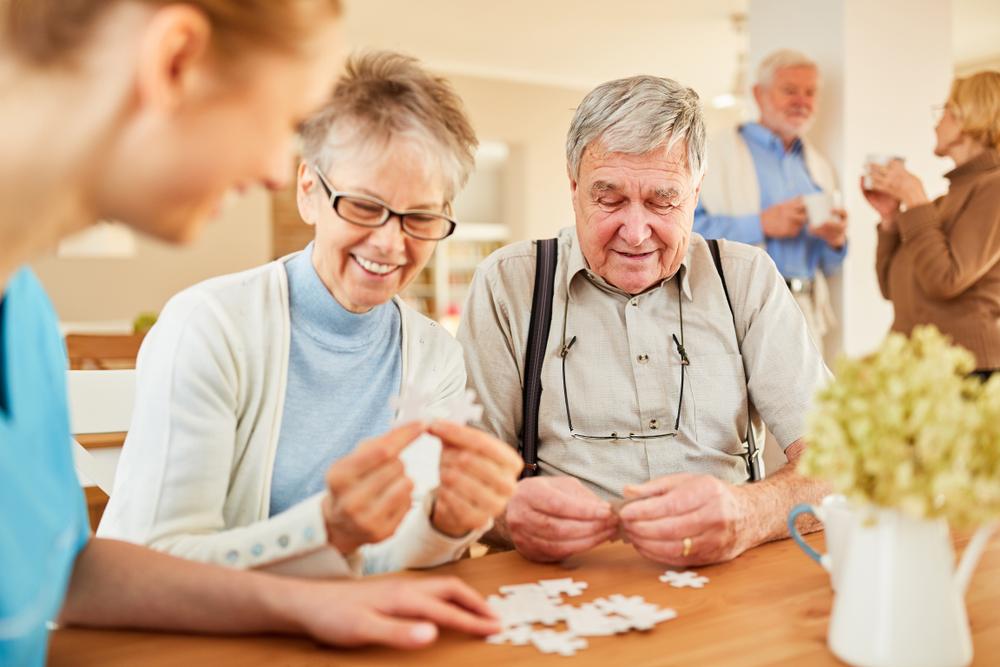 Participar de atividades em grupo, mantendo a cabeça ativa, ajuda a prevenir o transtorno. (Fonte: Robert Kneschke/Shutterstock/Reprodução)