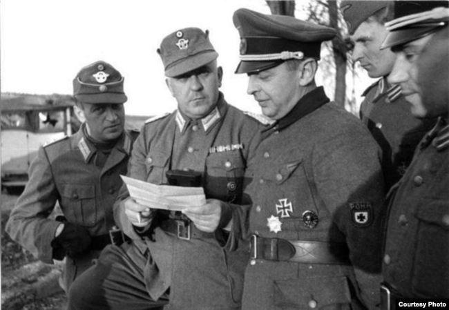 Каминский с офицерами РОНА и чинами полиции рейха, Лепельский Округ, 1944 г.