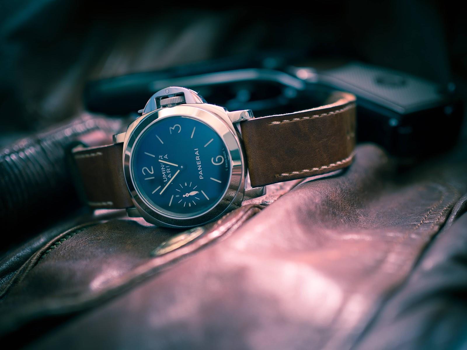 orologio-su-giacca-di-pelle-primo-piano