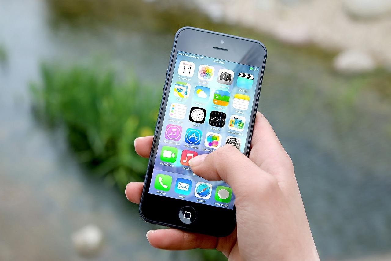 Descubre cuatro accesorios para tu smartphone que no pueden faltarte este verano