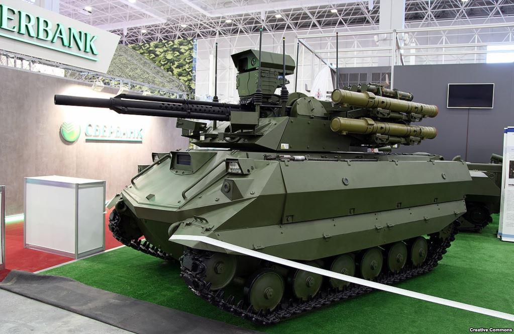 """Российский танк-робот с дистанционным управлением """"Уран-9"""" несет на вооружении 30-миллиметровую пушку, способную пробивать кирпичные стены, и противотанковые управляемые ракеты """"Атака"""", которые также могут поражать самолеты."""