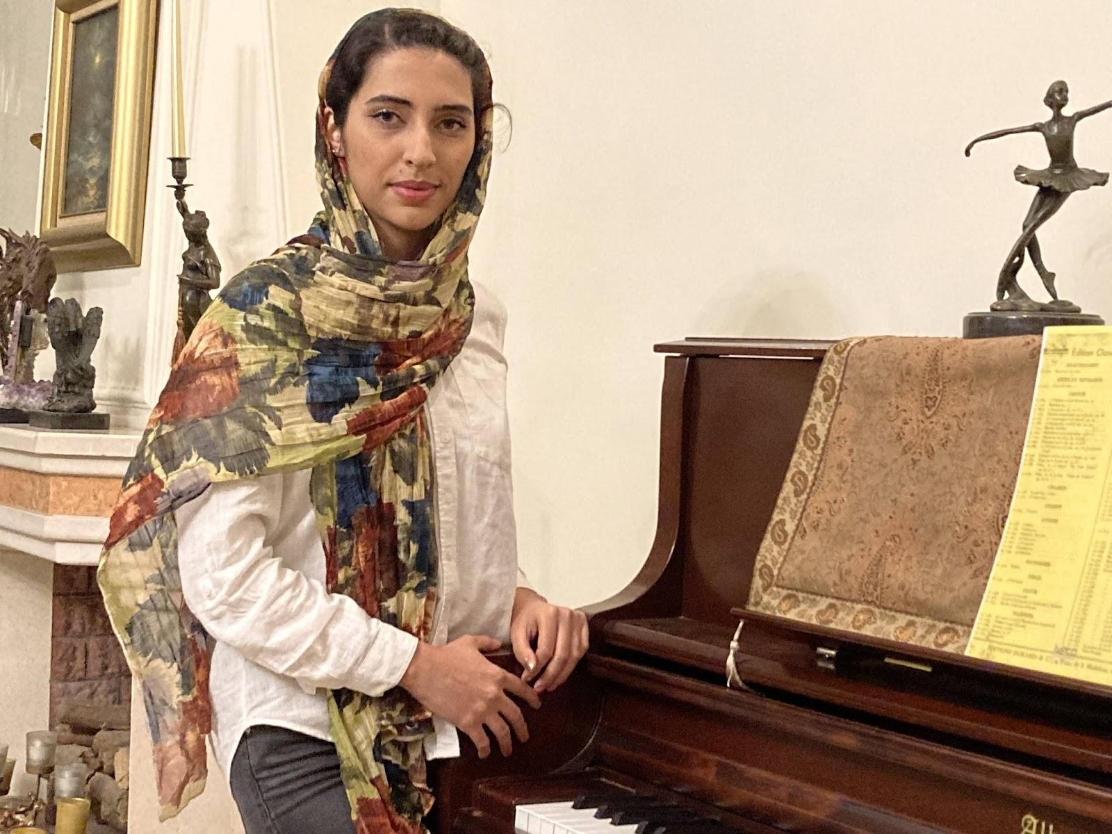 آناهیتا اردبیلی مدرس پیانو ایرانی و کلاسیک