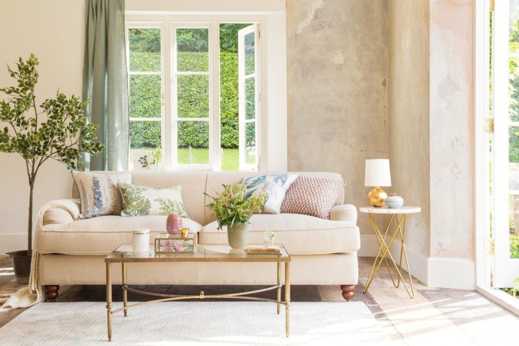 Ruang tamu dengan cahaya alami di pagi hari - source: amara.com