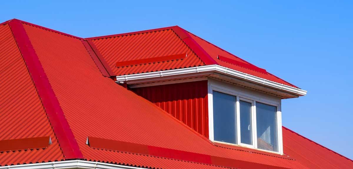 Mái tôn màu đỏ đậm tạo điểm nhấn cho công trình