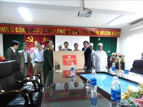 Tập đoàn Viettel trao tặng màn hình TV phục vụ người bệnh cho Trung tâm Y tế huyện Cẩm khê