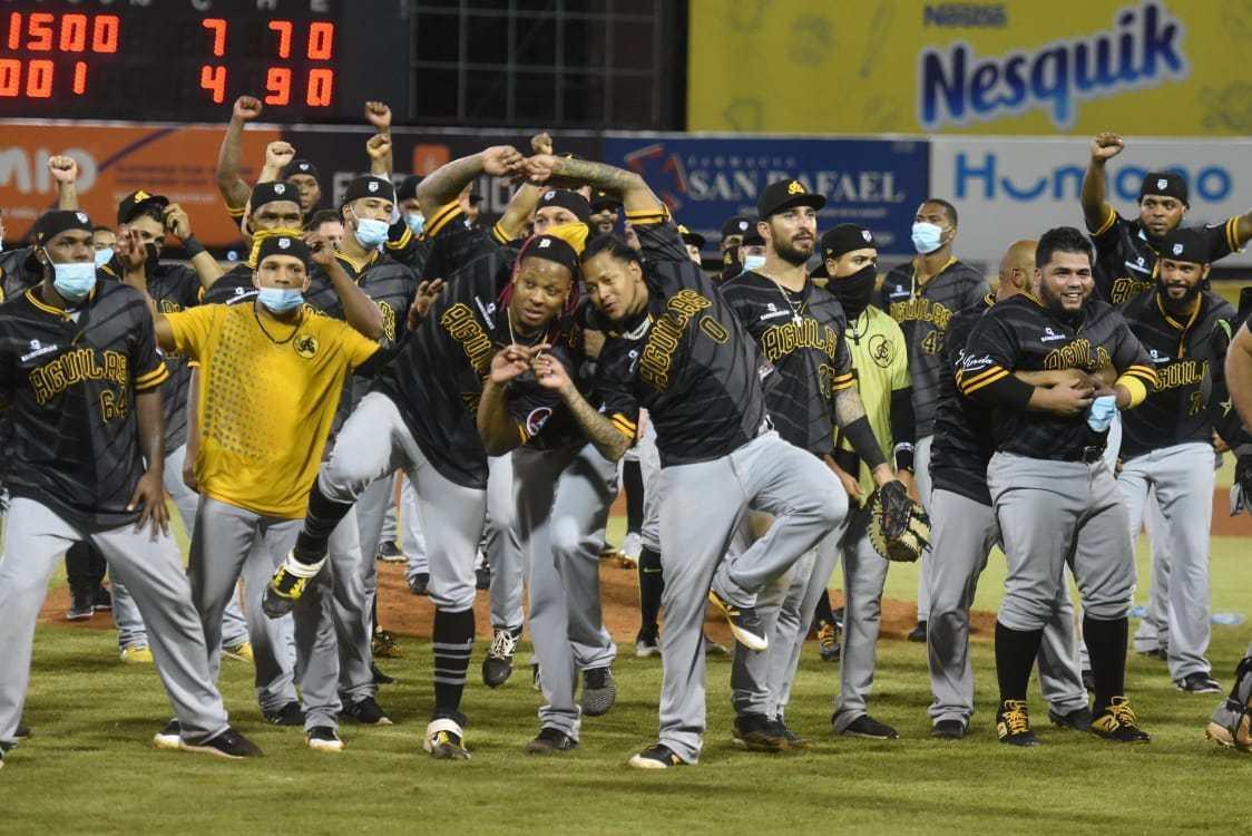 Un grupo de personas en uniforme de béisbol  Descripción generada automáticamente