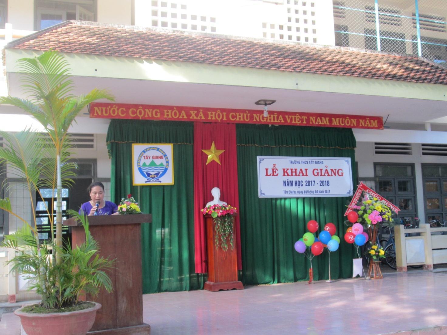 Cô Nguyễn Thị Diễm Chi – Phó Bí thư Đảng ủy xã Tây Giang đọc toàn văn thư của Chủ tịch nước Trần Đại Quang gửi cán bộ, giáo viên và các em học sinh, sinh viên.