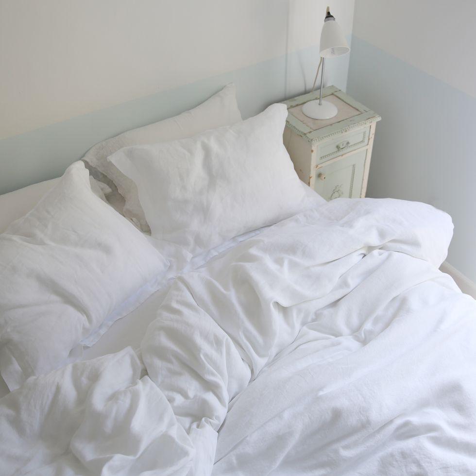 T-shirt bedding sheets, produk unggulan Shabby Chic hasil rancangan Ashwell -  source: housebeautiful.com