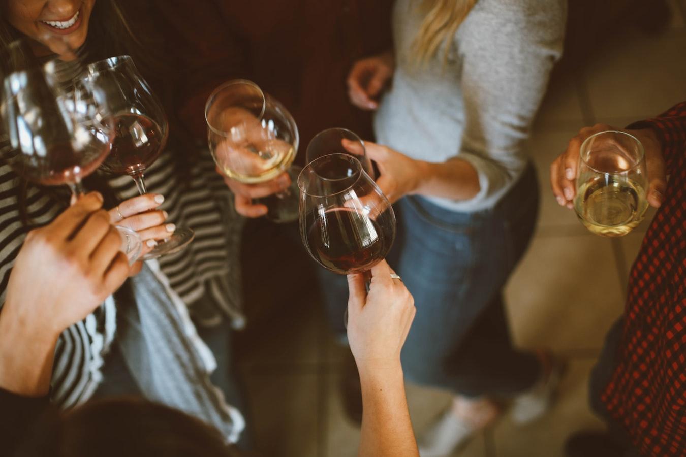 Pessoas reunidas tomando vinho