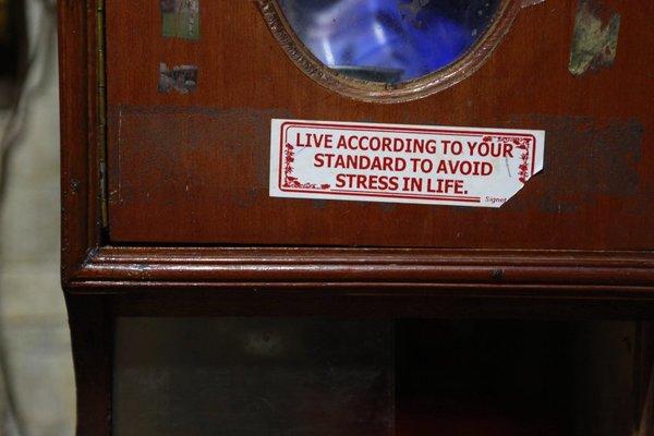 Рядом с телевизором, вокруг которого семья собирается из-за отсутствия интернета, есть наклейка, напоминающая, что дома едва ли можно расправить крылья: «Живи по возможностям, чтобы избежать стресса».