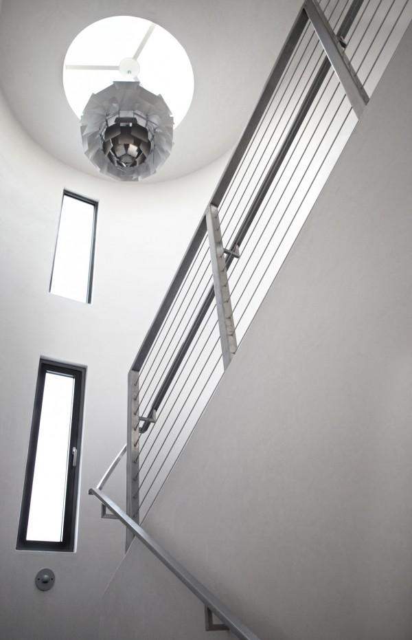 Tangga bergaya minimalis dengan dekorasi pencahayaan dari bahan daur ulang - source: home-designing.com