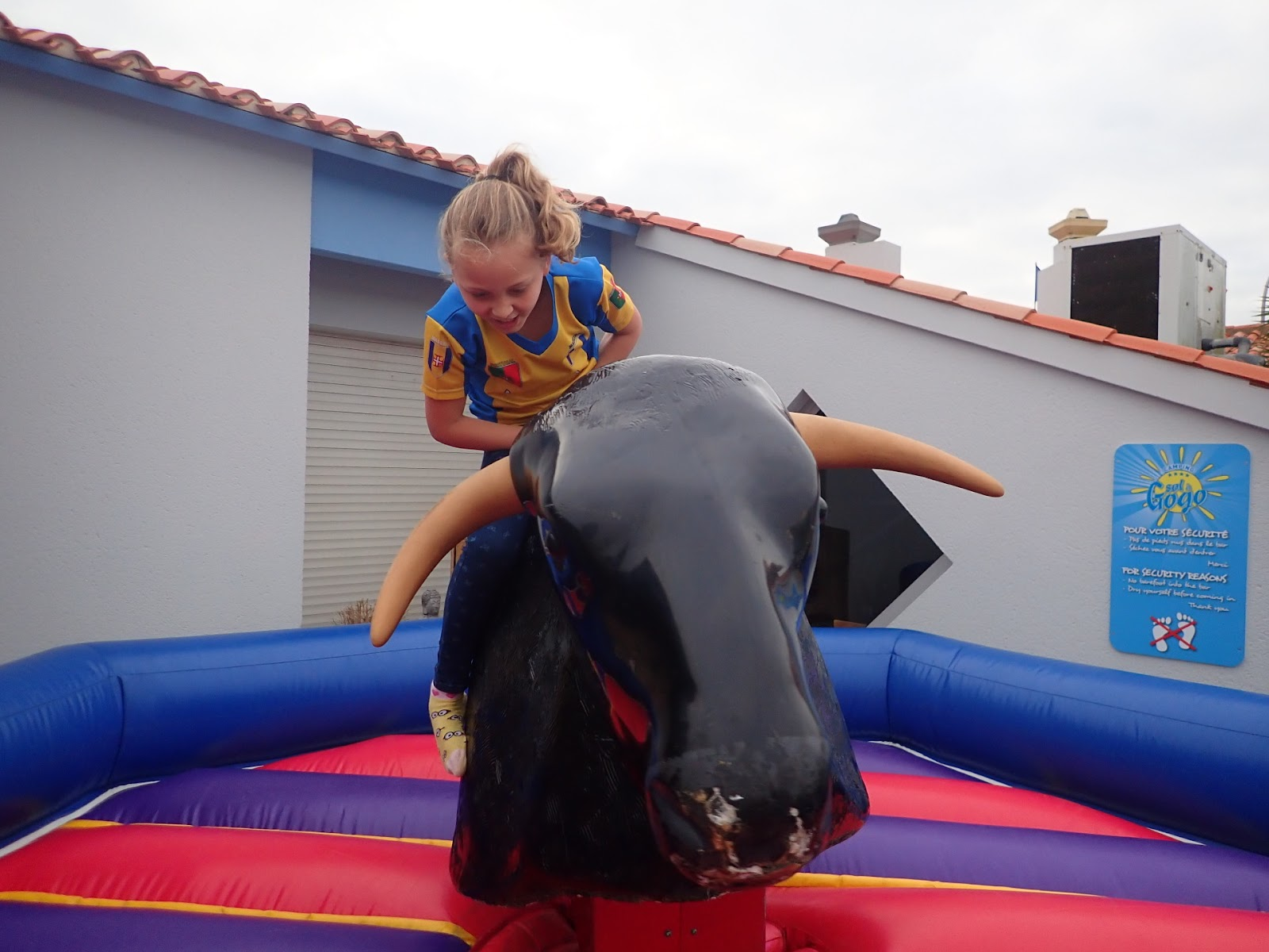 "(<img alt=""child on a rodeo"">)"