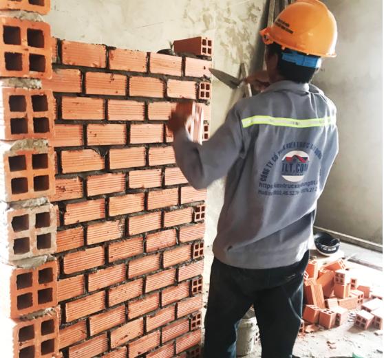 Một công nhân đang hoàn thiện dự án xây nhà