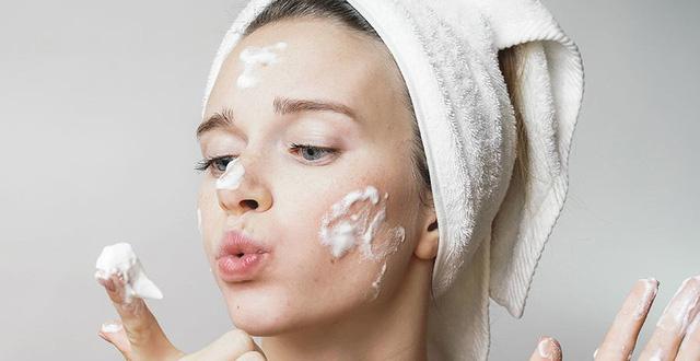 Sử dụng sữa rửa mặt để da mặt sáng khỏe, sạch sâu