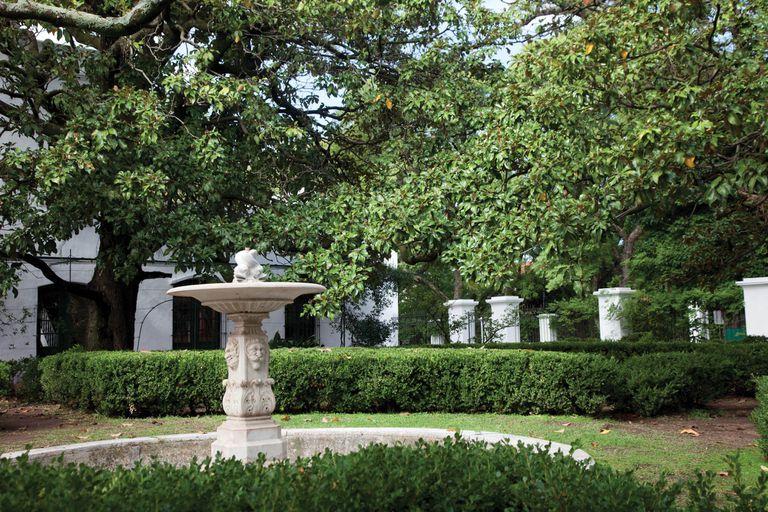 Laberintos de boj y una fuente de mármol de Carrara son dos de los atractivos del jardín del Museo Pueyrredón.