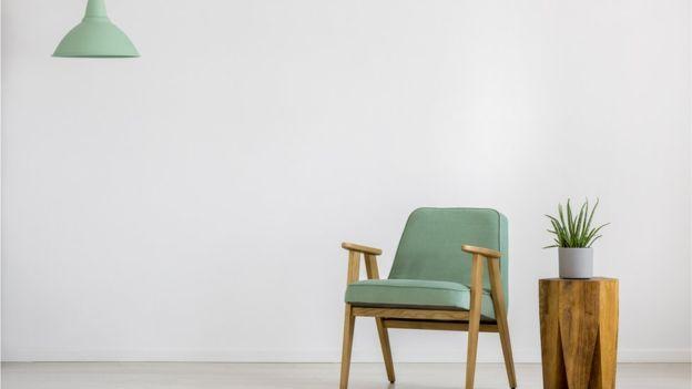 یک صندلی و یک چراغ