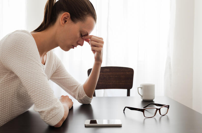 mujer preocupada y estresada