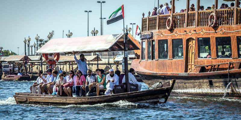 """Không gì vui bằng đi """"taxi nước"""" Abra! Bạn có thể chu du từ Bur Dubai đến Diera trên chiếc thuyền này. Hơn nữa, thuyền Abra là phương tiện duy nhất có thể di chuyển trên các con lạch nhỏ ở Dubai. Ngồi trên chiếc thuyền cổ xưa này, bạn sẽ phần nào hiểu được cuộc sống ngày xưa của người Dubai từng diễn ra như thế nào. (Ảnh: Internet)"""