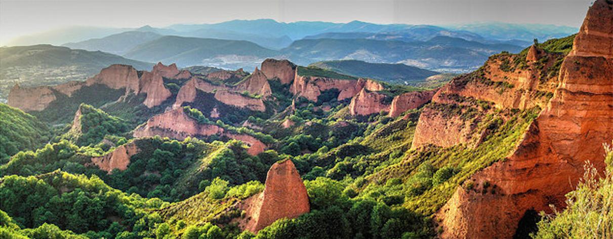 Situado en un entorno paisajístico español, formado por una antigua explotación minera de oro romana, está, considerada la mayor mina de oro a cielo abierto de todo el Imperio romano. Foto: José María Gómez de Salazar.