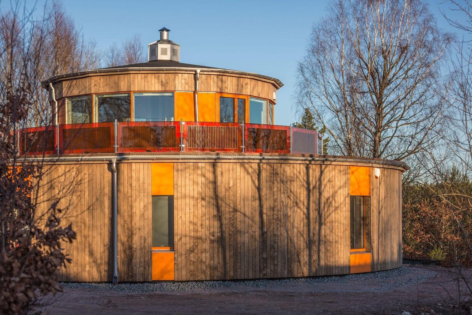Holzverkleidung an einem runden Gebäude