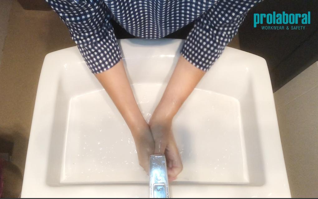 Enjuagar bien como técnica del lavado de manos